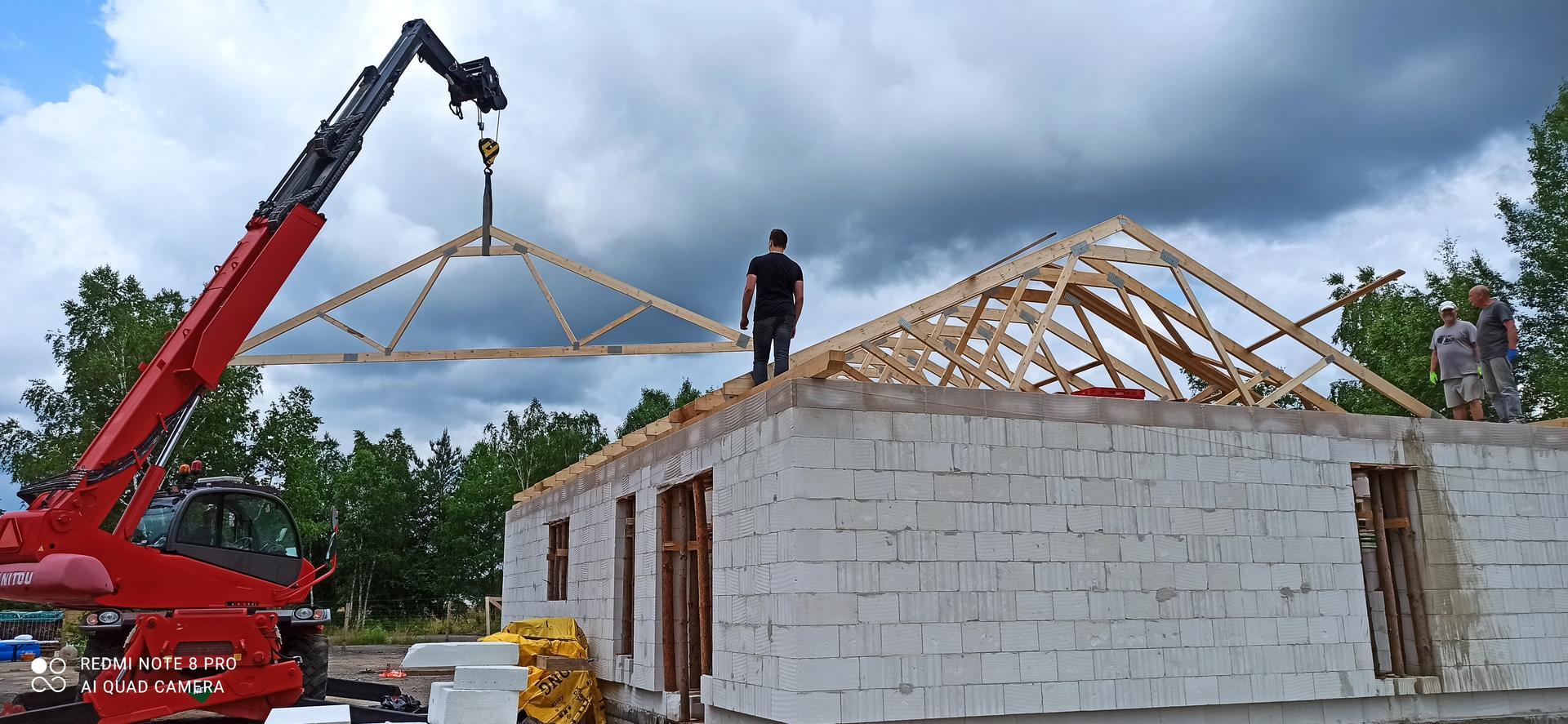 Střecha - Dnešní montáž vazníků svépomocí  8-)