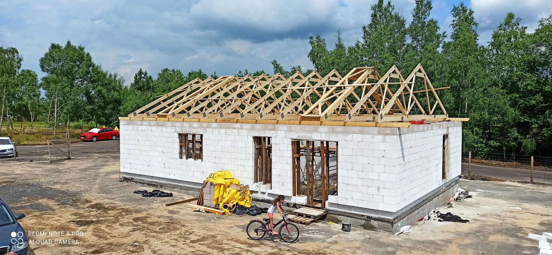 Střecha - to už vypadá jako dům ....