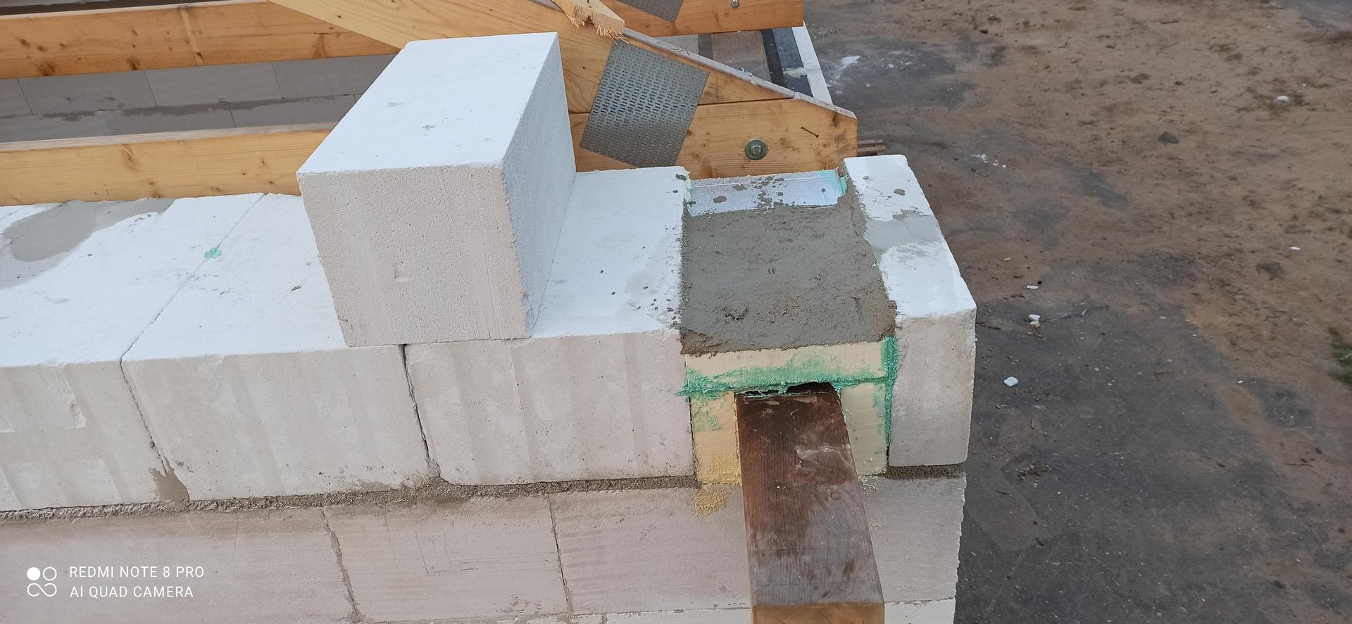Střecha - Izolace PIR kolem pozednice, z důvodu jak tepelněizolační tak mechanické odolnosti kvůli odlišným materiálům zdivo vs dřevo.