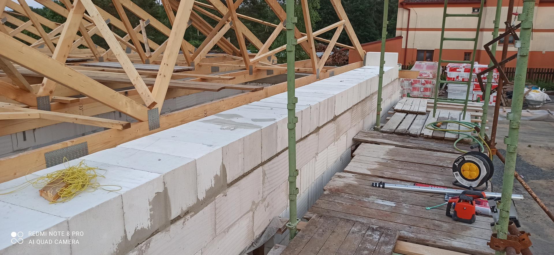 Střecha - První řada založena na zakládací tepelněizolační Maltu Ytong a polozena na plnou šířku zdiva tak aby se rozložila váha štítové stěny která je široká 250 mm a jelikož je zateplený věnec vencovkou a PIR tak nezbývá moc místa pro uložení na zdivo.