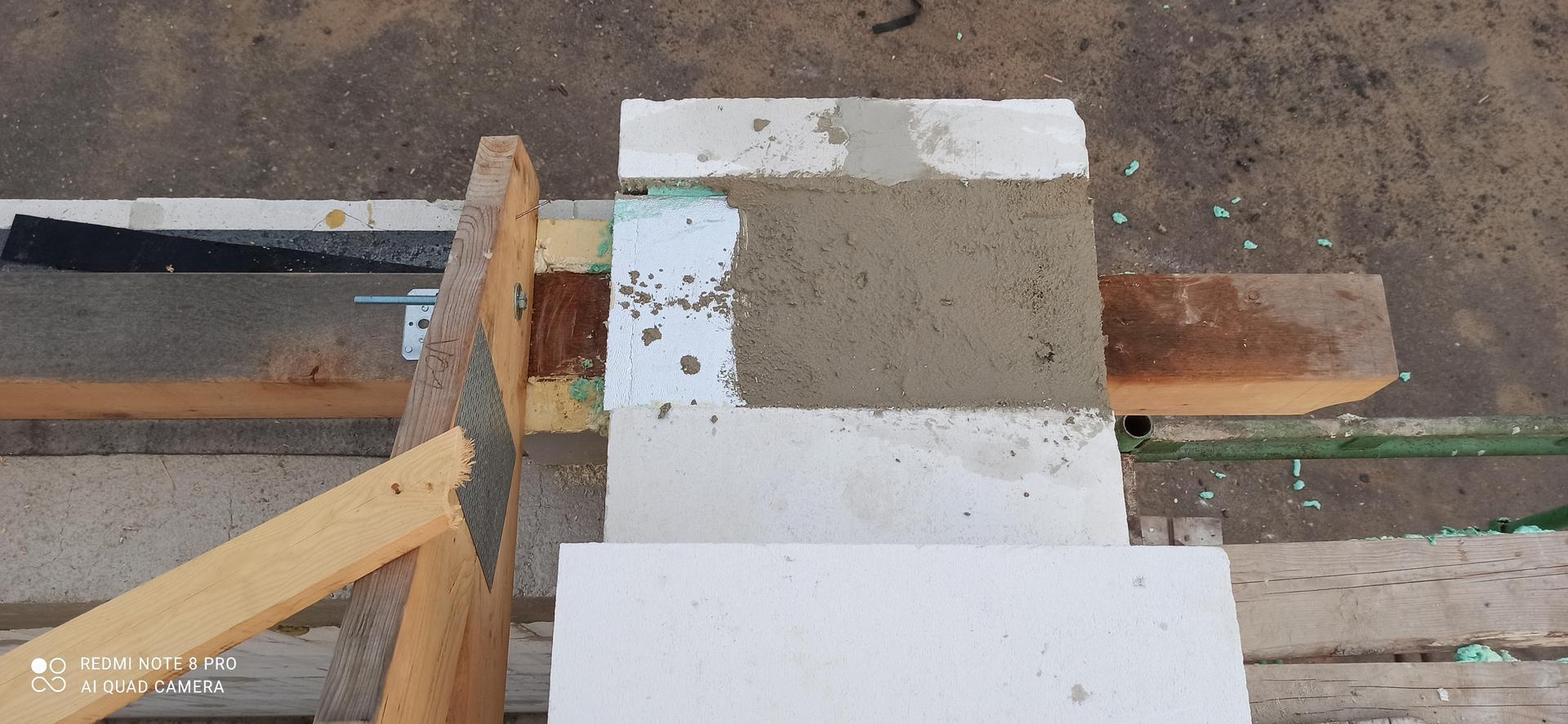 Střecha - Mezi vazník a zdivo ještě přijde krokev s BSH hranolu která bude přesahovat ven a tvořit přesah střechy.