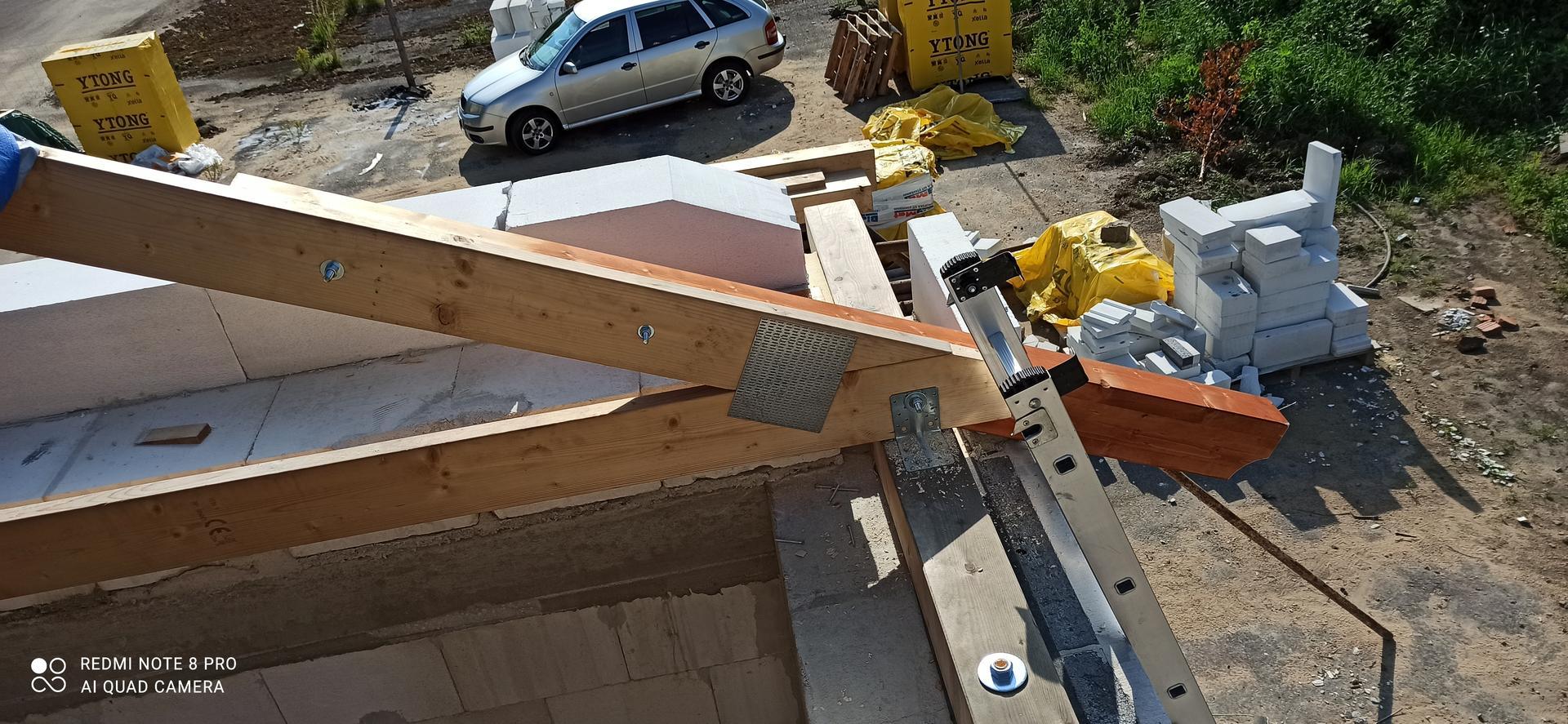 Střecha - První přiložená krokev.