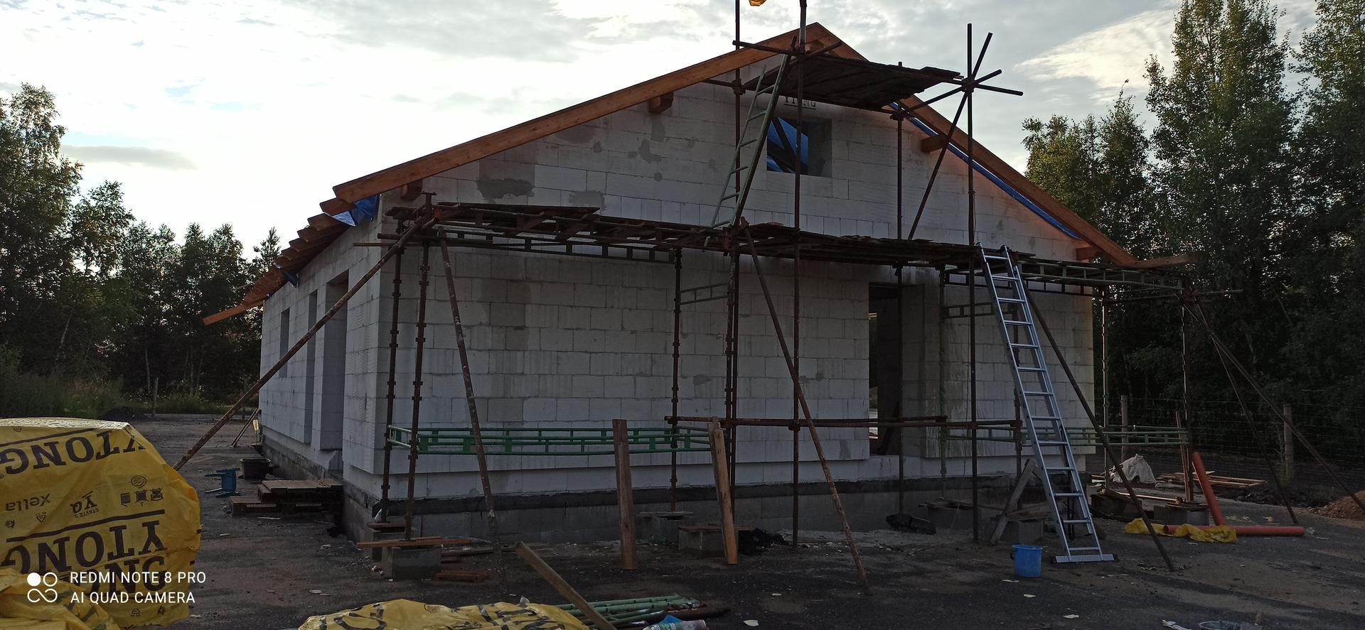 Střecha - druhá východní strana štítu, natřené pozednice a vaznice, opracované konce krokví.