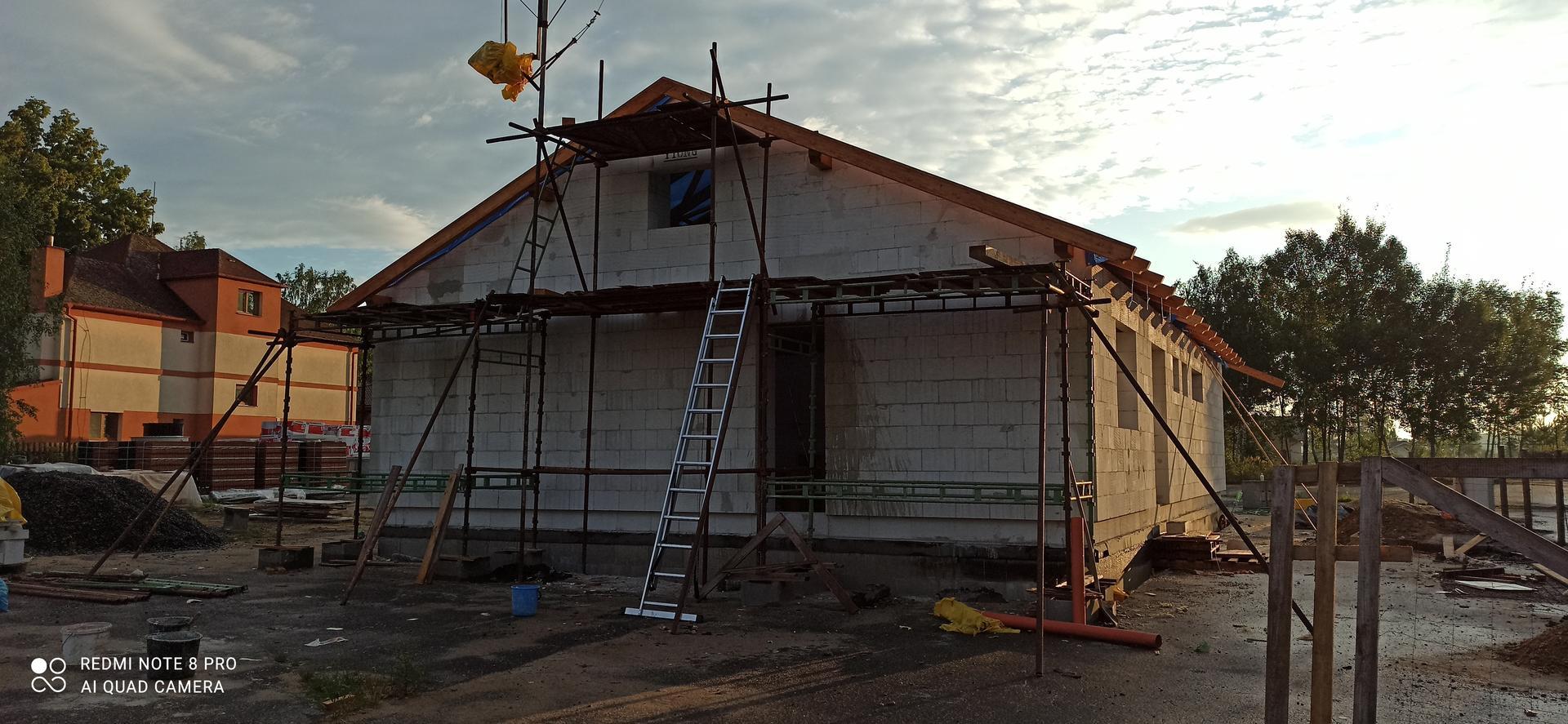 Střecha - ještě tu krytinu, okna, dveře a bude to vypadat jak dům