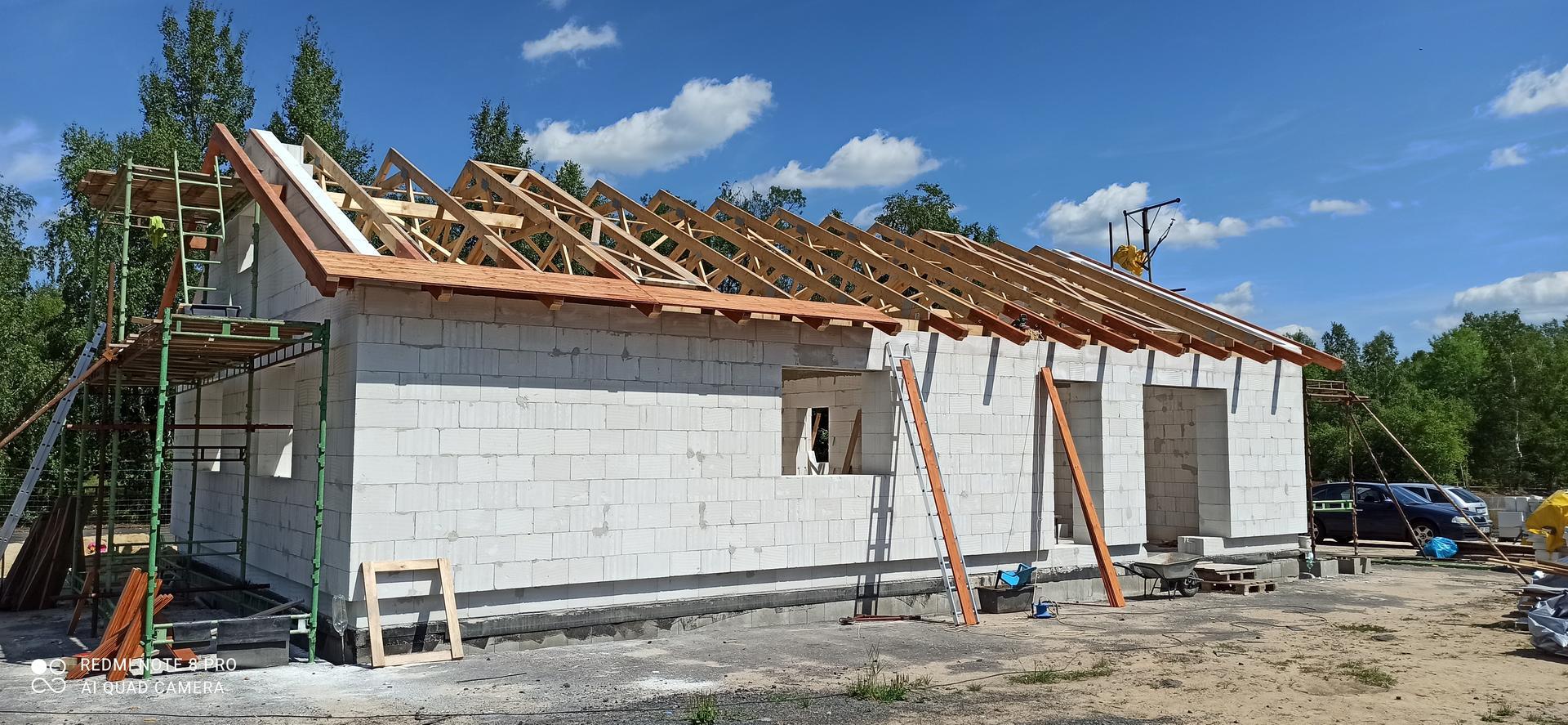 Střecha - Konečně se montují palubky nad přesahy střechy.