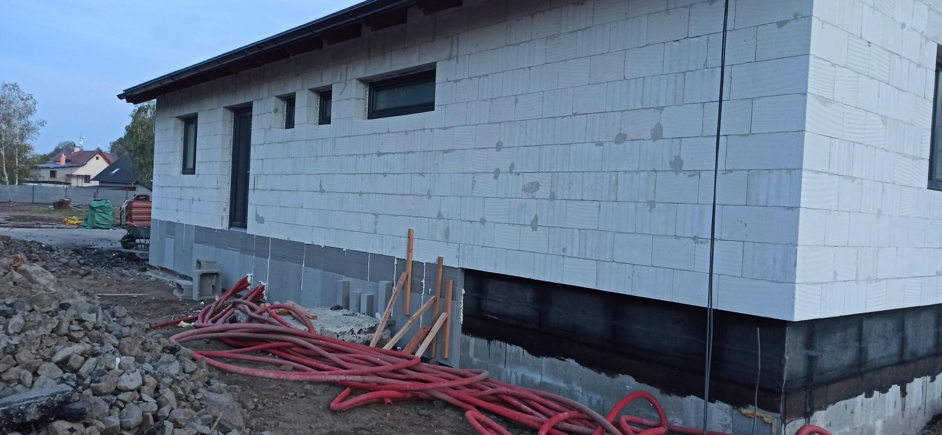 Hrubá stavba - A konečně zateplujeme sokl a 3 řady ztraceného bednění....