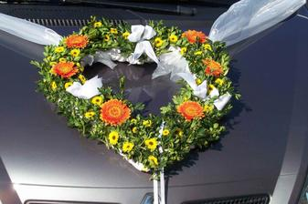 květ. srdce na auto- vlastní výroba-díky sestři!