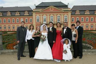 Tady jsem se sourozenci a jejich manželi