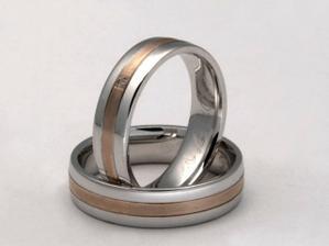 naše prstýnky jsou (v kombinaci chir. ocel a zlato) na zakázku, ale tyto jsou jim hodně podobné. Naše budou v celolesklé úpravě a proužek uprostřed bude ze žlutého zlata.