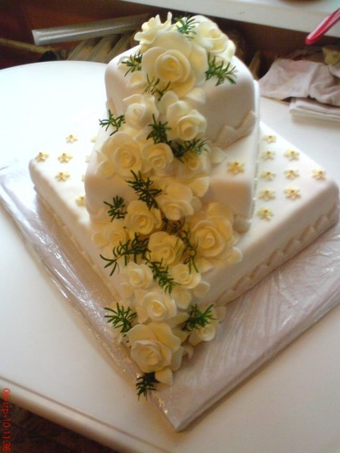 Tak co už máme hotovo - doma pečený svatební dortík