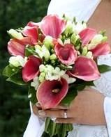 tak tohle je přesně ona, růžové kaly + něco bílého (ještě nevím jestli ty bílé květy nebou třeba lilie)