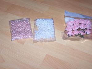 dekorační kuličky na ozdobu květin na stoly a zbytek ružiček