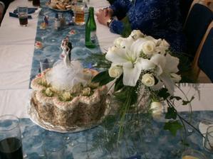 Náš svatební dort a kytička nevěsty