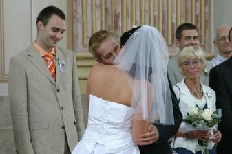 Novomanželský polibek (trochu delší)