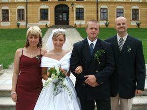 novomanželé a svědci