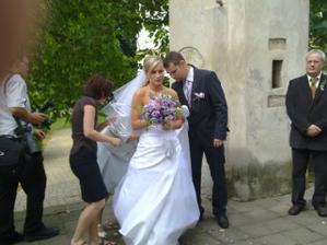 ženich a nevěsta před kostelem
