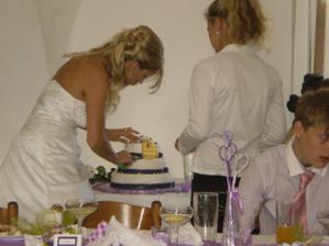 rozkrojení svatebního dortu