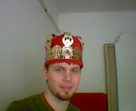 A tady je s korunou miláček, on bude mít svojí...