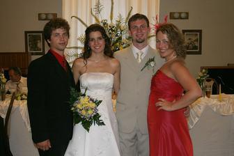 Druhá sestra ženicha s manželem