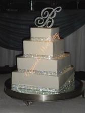 Vybraný dort .. Ani nevím, jaký nakonec bude .. jestli kulatý nebo hranatý .. každopádně jen bílý marcipán, štrasové řetěz a písmena z nerezu nahoru