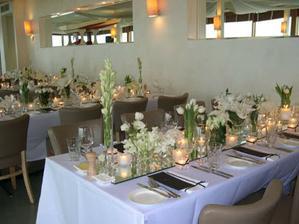 Svatební tabule v podobném stylu - místo časté organzy budou uprostřed zrcadla!