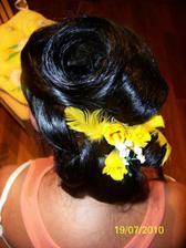 .. ozdoby ve vlasech jsou jen provizorní, na svatu budou ve vlasech tmavé kaly
