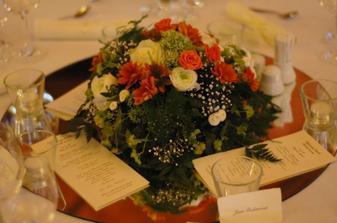 Stoly byly kulaté, na každém bylo zrcadlo s květinovým aranžmá a svíčkami. Vypadalo to efektně