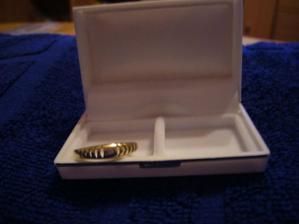 Můj krásný zásnubní prstýnek:-)