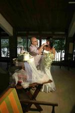 krmení se svatebním dortem