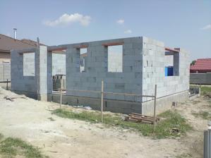 hotovo vymurované obvodové múry