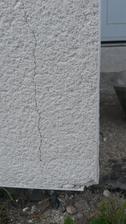 Prasknutá omietka pri rohoch apri kútoch okien