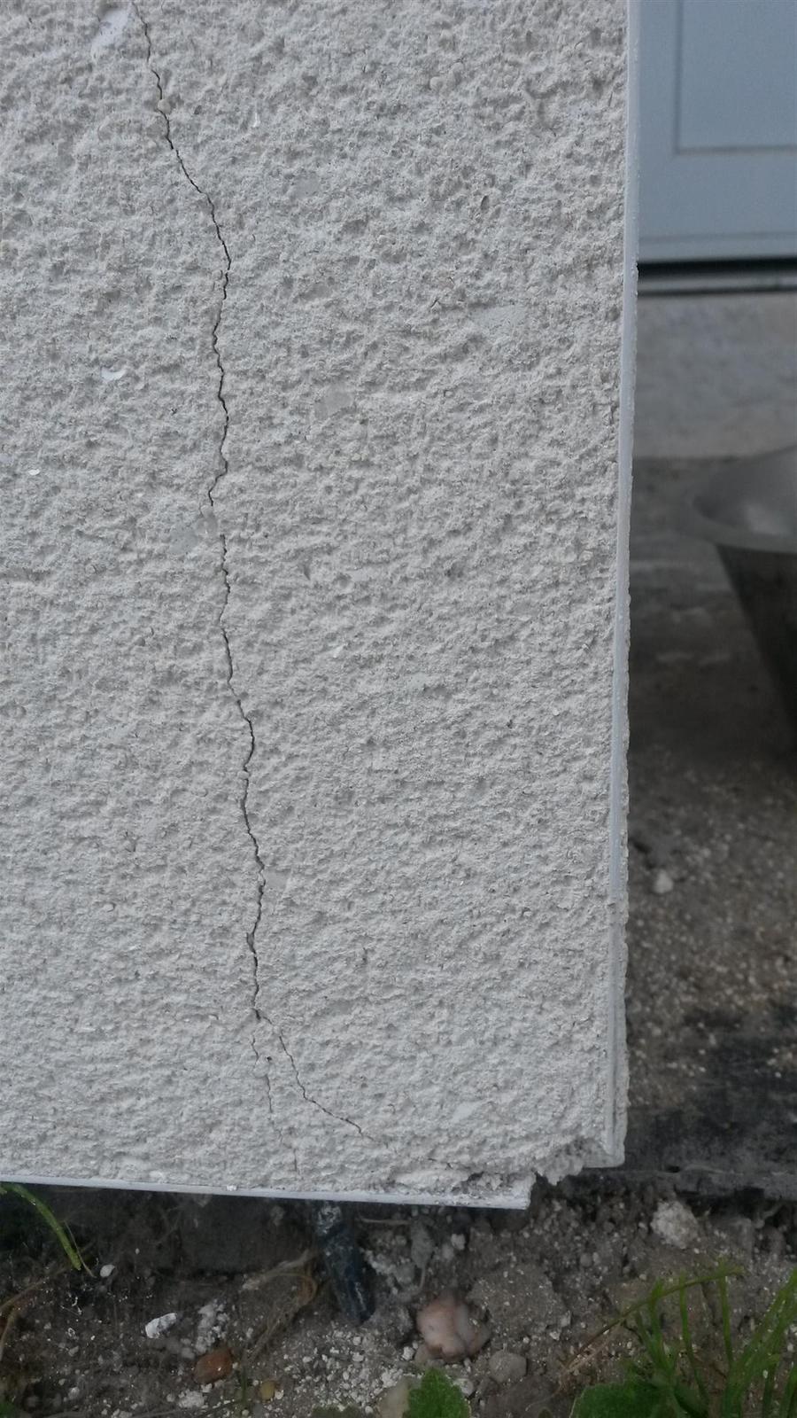 Brizolitova fasada - Weber Top 203 - NOVOSTAVBA - Prasknutá omietka pri rohoch apri kútoch okien