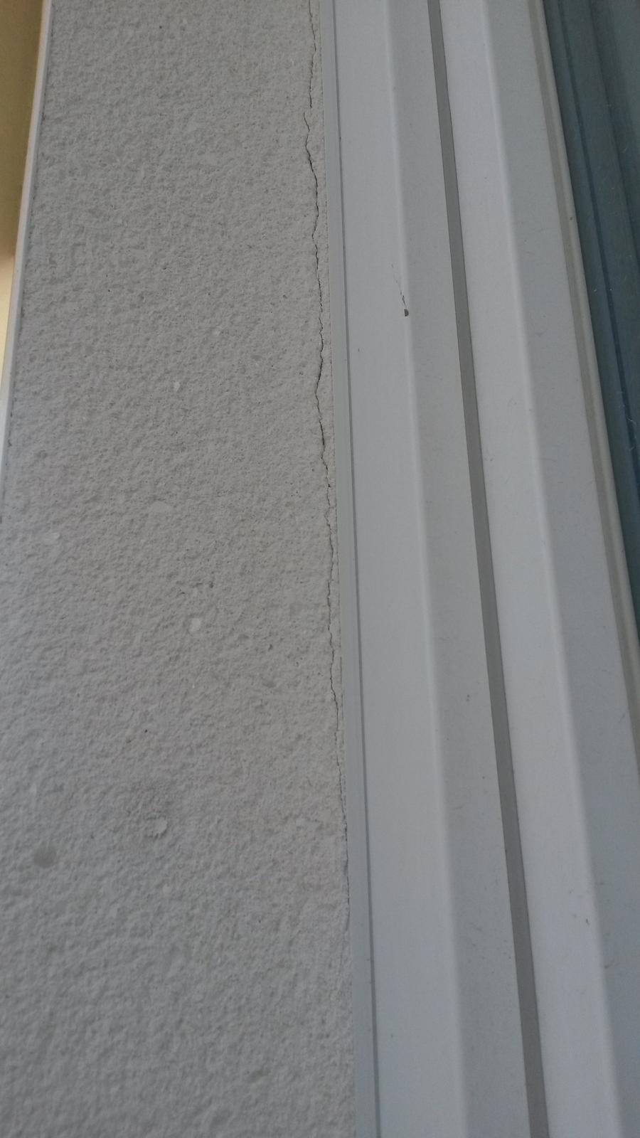 Brizolitova fasada - Weber Top 203 - NOVOSTAVBA - Praskliny pri APU lištách pri viacerých oknách