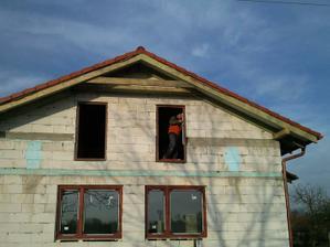 Majstri osadzajú okná