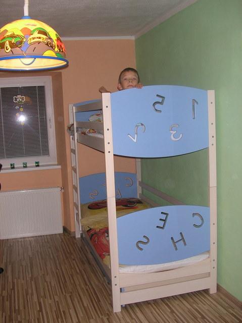 Náš 100 rokov starý domček :) - Už je postielka poskladana a uvidíme ako sa bude spinkat Samkovy :) samozrejme chce spinkat hore hadam nepadne :)