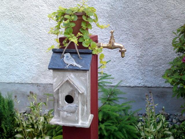 Náš 100 rokov starý domček :) - tá holá trubka sa mi tam nepáčila tak som ju takto upravila :)