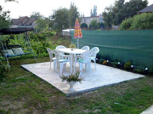 Náš 100 rokov starý domček :) - posedenie na záhrade stále niečo vymýšľam,ešte musí narásť tráva