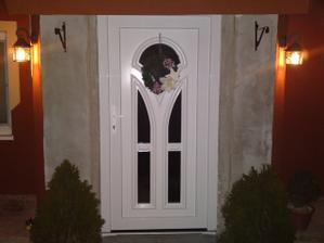 Naše dvere :) ešte kameň okolo a hotovo