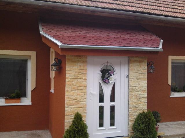 Náš 100 rokov starý domček :) - kameň nalepený :) už len špaletky okolo dverí či ako sa tomu hovorí, tie dáme farbou ako je na spaletách na okne