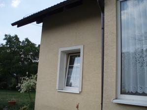 Kuchynské okno a v pravo je prístavba zádveria.