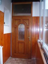 Prvé vchodové dvere, ale zádverie je v štádiu obkladania drevom.