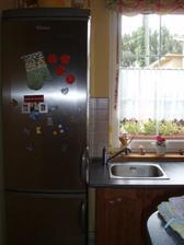 V skutočnosti na chladničke nie je ani jeden škrabanec, je takmer nová.