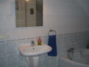Za výklenkom kde je obrázok slnečnice je WC.