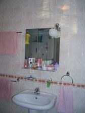 Oproti na druhej strane , teda vedľa sprchového kútu je výklenok na kotol a pračku. Je to vlastne oproti WC. A odraz slnka na stene nad zrkadlom.