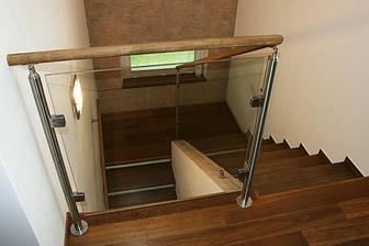 Kombinace skla a dřeva.Působí moderně a vzdušně.Takhle bych chtěla řešit schodiště