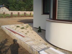 Gabionovy zahon kolem casti domu