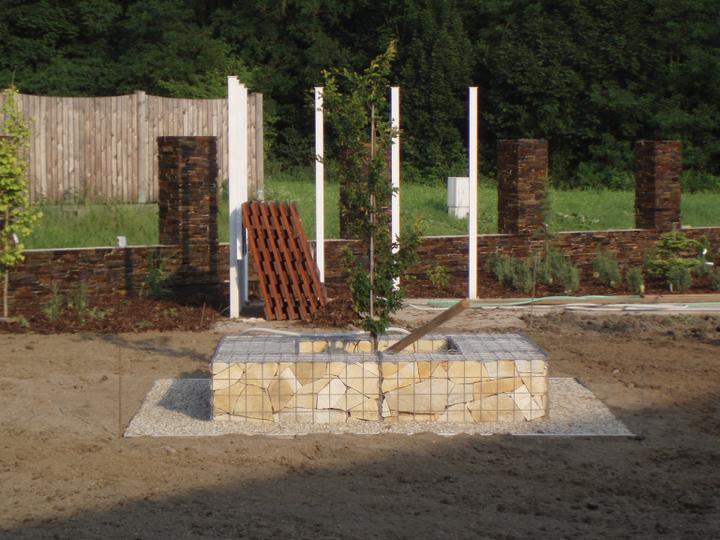 Zahrada - Gabionova lavice, nahoru prijde jeste drevo