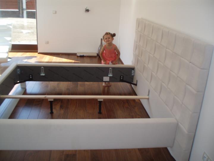Nova loznice :) - Elenka zkouma, jestli nahodou nemam lepsi postel jak ona :)
