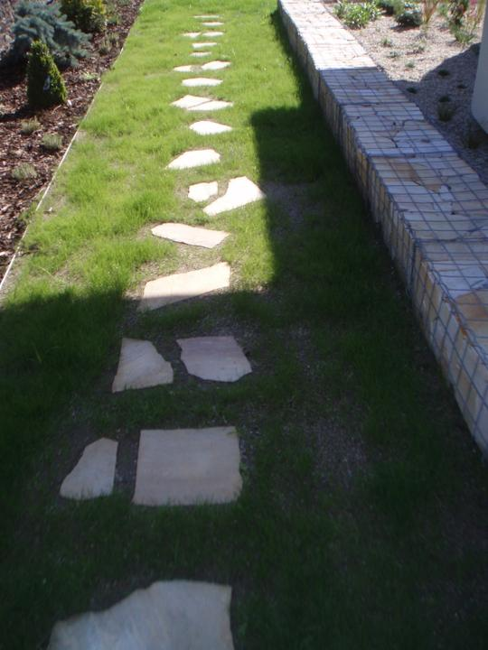 Zahrada - Kaminky uz zarustaji travou :)