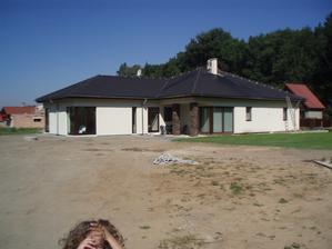 Zadni strana domu se nasadi jen trava a ostatni (terasa, bazen, zahrada) pristi rok...snad :)